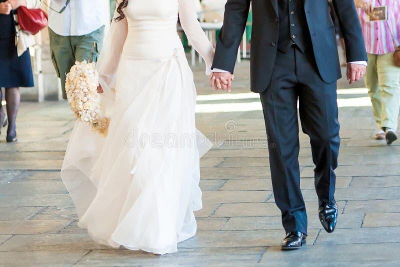 新娘和新郎步行 免版税库存图片