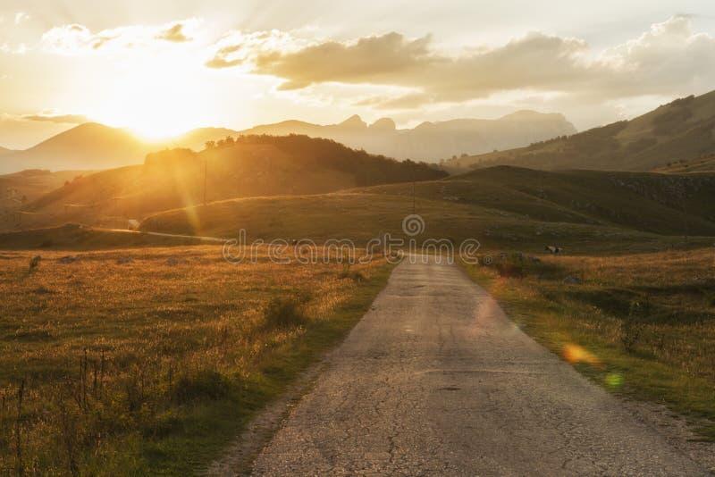 在路的日落向杜米托尔国家公园国家公园在黑山 免版税库存照片