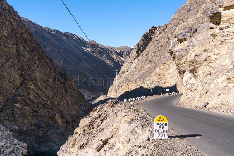 在路的标志在spiti谷 库存图片