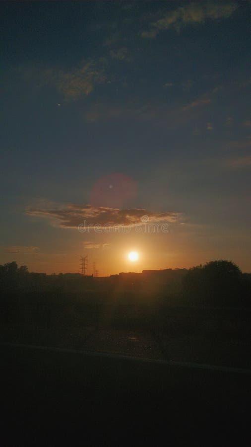 在路的橙色日出 库存照片