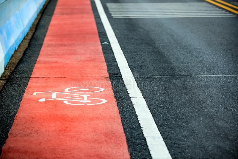 在路的橙色自行车道路 免版税图库摄影