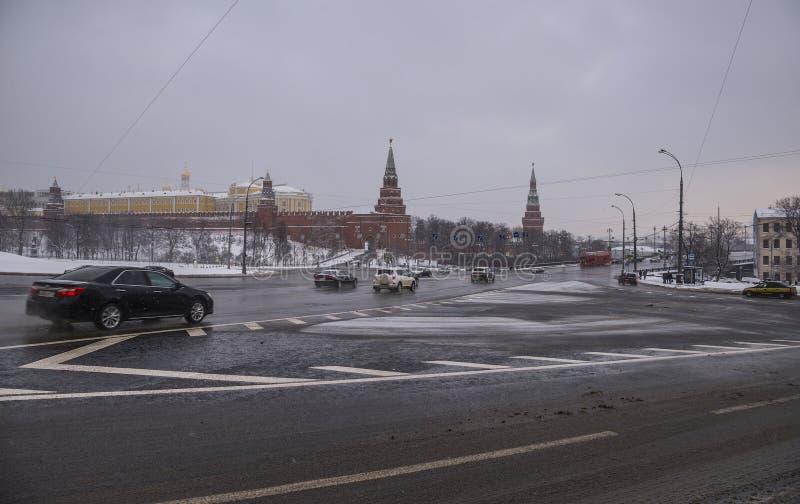 在路的汽车在克里姆林宫附近的莫斯科 库存照片