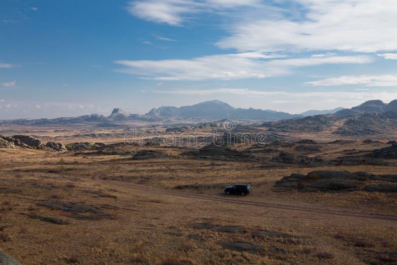在路的汽车在山之间 图库摄影