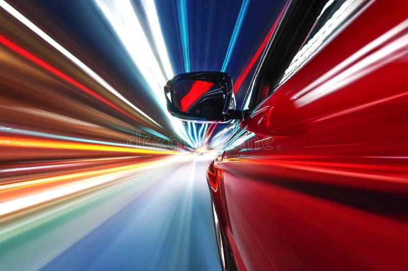 在路的汽车有行动迷离背景夜 免版税库存图片