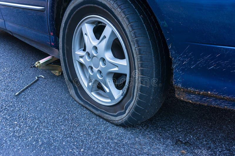 在路的泄了气的轮胎 免版税库存照片