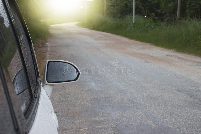 在路的湿汽车旁边 库存图片