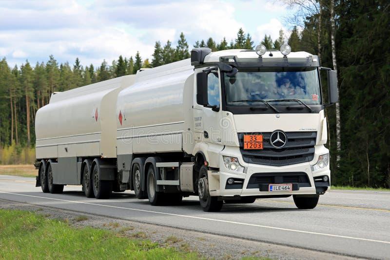在路的白色奔驰车Actros 2545槽车 免版税库存图片