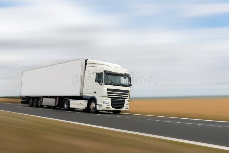 在路的白色重型卡车 库存图片