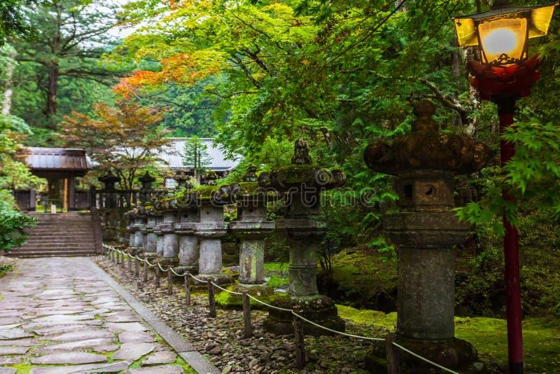 在路的石灯笼在Taiyuin寺庙在日光,日本 免版税库存图片