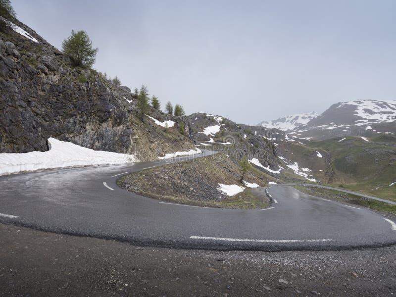 在路的簪子弯向de la bonette col在上普罗旺斯阿尔卑斯省 免版税图库摄影