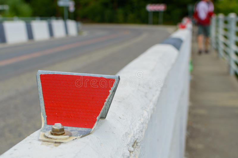 在路的红色反射器 与浅景深的选择聚焦 库存照片