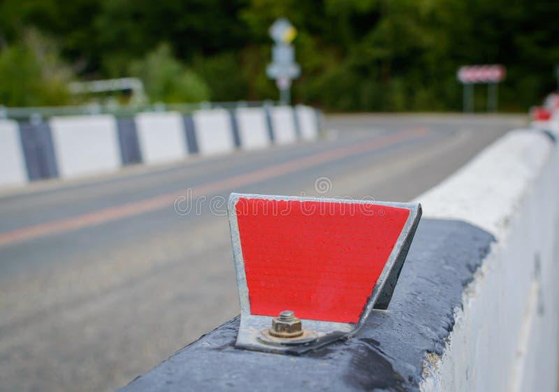 在路的红色反射器 与fie的浅深度的选择聚焦 免版税库存照片