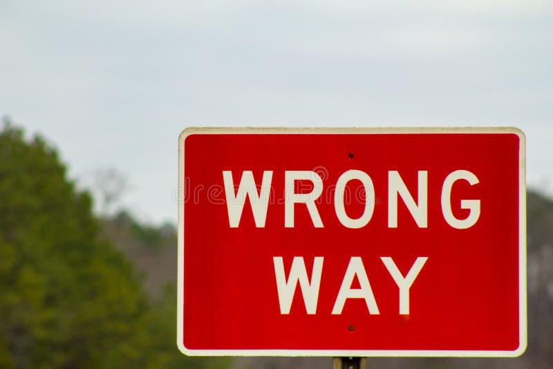 在路的红色错误方式标志 库存照片