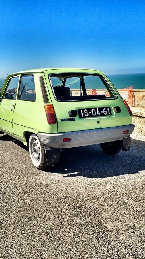 在路的绿色葡萄酒汽车 免版税图库摄影