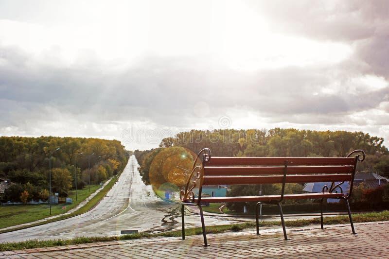 在路的背景的伪造的长凳 免版税库存照片