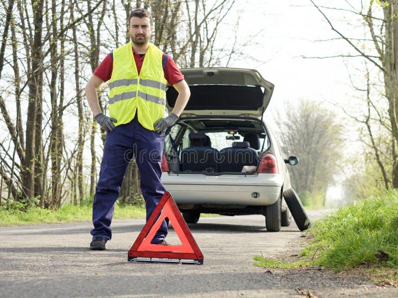 在路的车故障以后供以人员解决汽车问题 免版税图库摄影