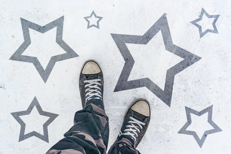 在路的运动鞋有星形状版本记录的 免版税库存照片