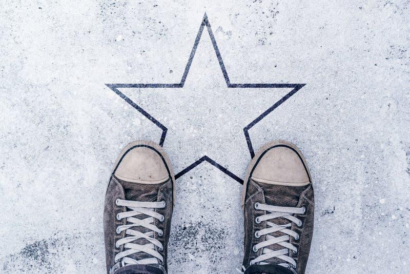 在路的运动鞋有星形状版本记录的 图库摄影