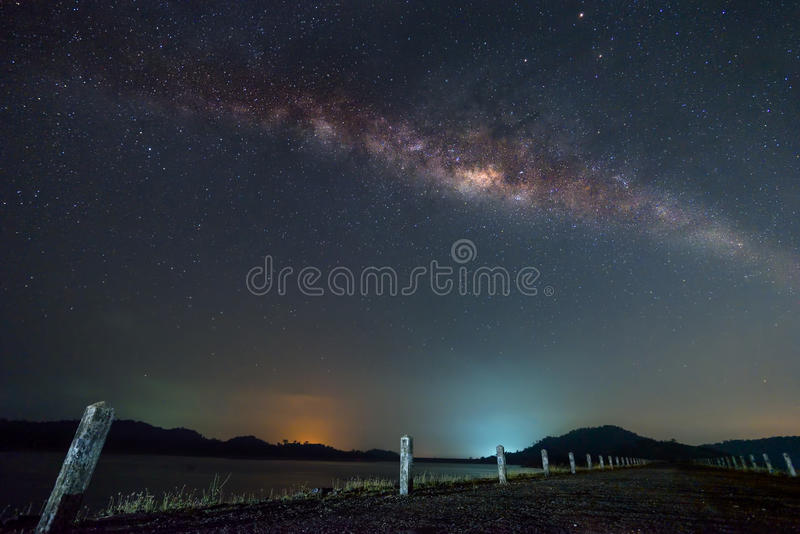 在路的银河在水坝 库存图片