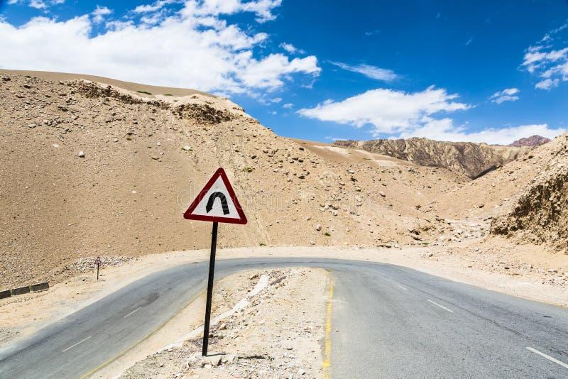 在路的锋利的曲线在拉达克,印度 库存照片