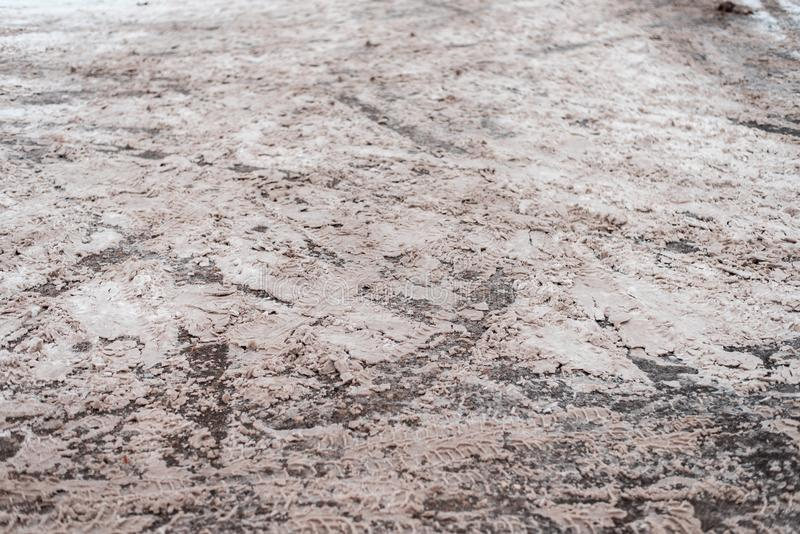 在路的雪 从汽车轮子的踪影,从一辆卡车的踩样式在沥青背景 图库摄影
