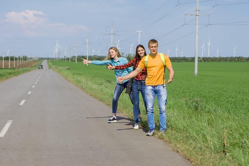 Download 在路的年轻行家朋友旅行 库存图片. 图片 包括有 搭车, 旅途, 自由, 享用, 冒险家, 生活方式, 旅行者 - 72370851