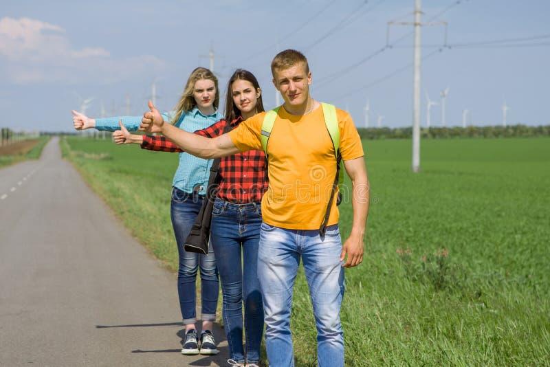Download 在路的年轻行家朋友旅行 库存图片. 图片 包括有 本质, 农村, 和平, 自由, 妇女, 少年, 男朋友 - 72370883
