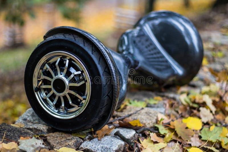 在路的黑hoverboard 免版税图库摄影
