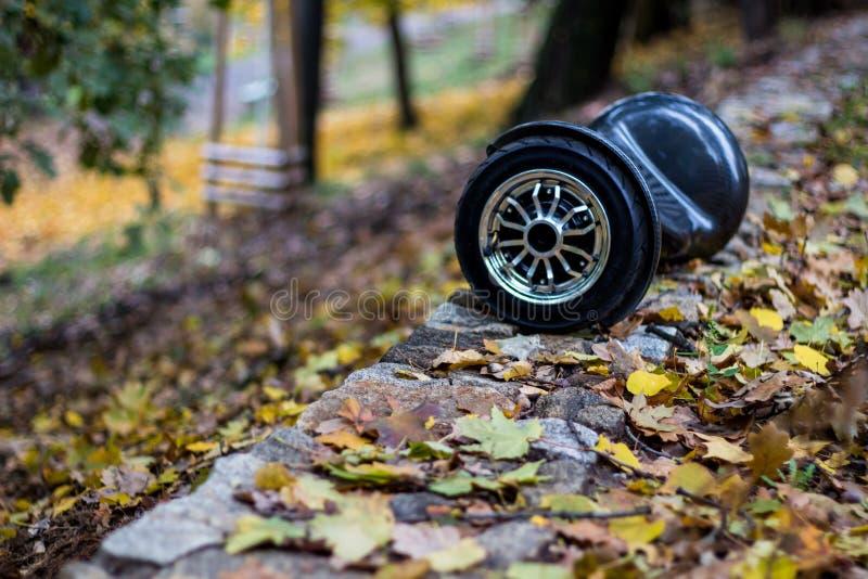在路的黑hoverboard 免版税库存照片