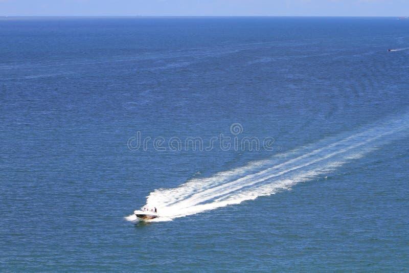 在路线的一艘汽艇在海 库存照片