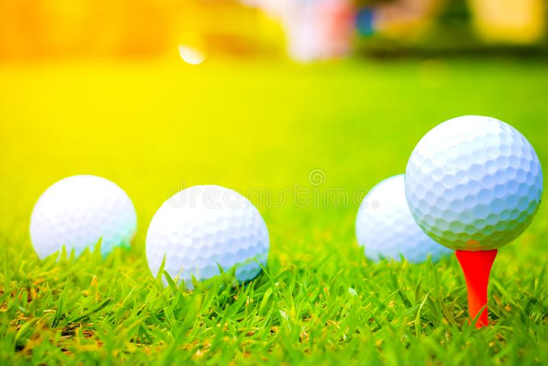 在路线的高尔夫球 球高尔夫球桔子发球区域 免版税库存图片