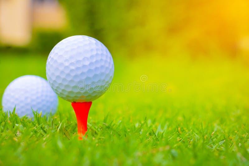 在路线的高尔夫球 球高尔夫球桔子发球区域 库存照片