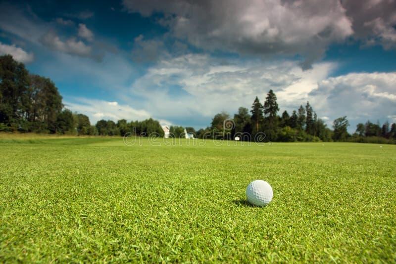 在路线的高尔夫球 库存图片