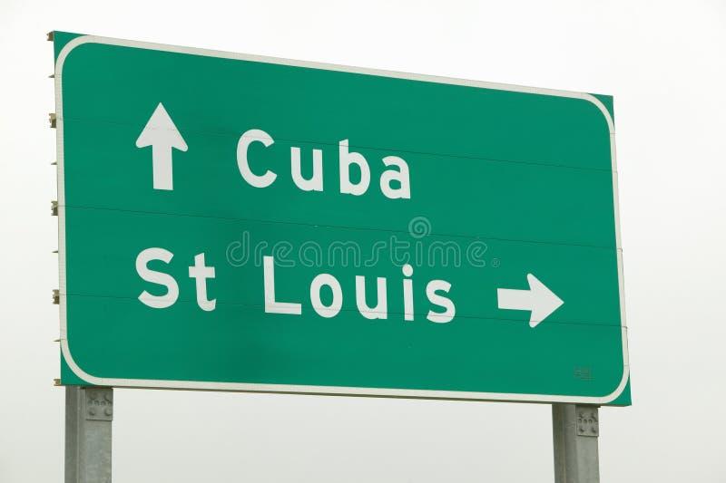 在路线44的一个高速公路标志显示一个箭头到圣路易斯、密苏里和古巴密苏里 库存图片