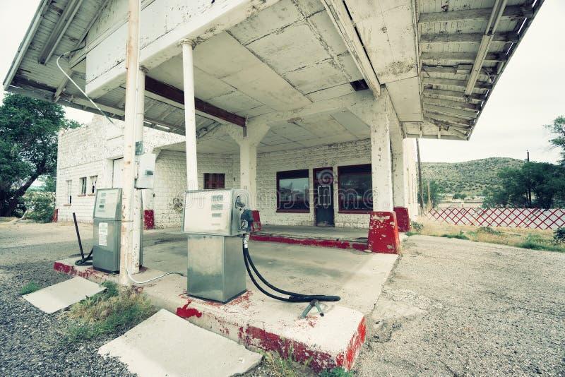 在路线66,美国的被放弃的加油站 库存照片