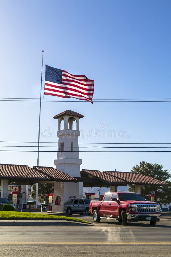 在路线66,金曼,亚利桑那,美国,北美洲的巨大的美国国旗 免版税库存照片
