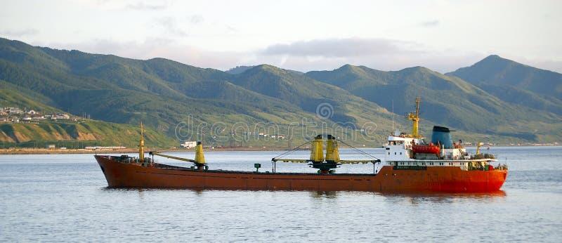 在路萨哈林岛船附近的海岛 库存照片