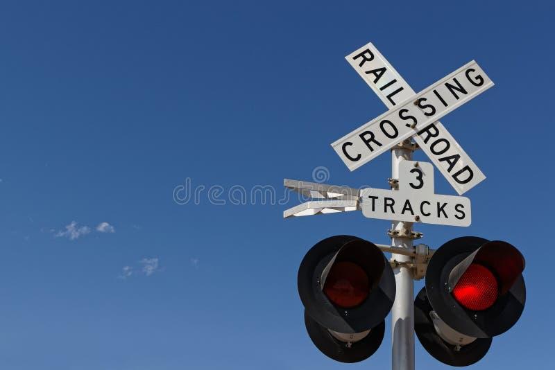 在路轨平交道口的红灯 免版税库存照片
