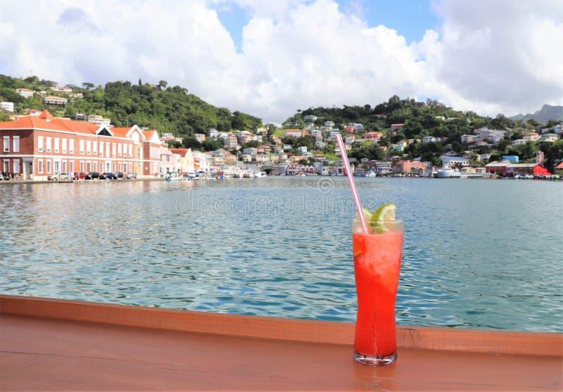 在路轨的冰冷的饮料有海洋的和热带海岛场面在背景中 免版税图库摄影