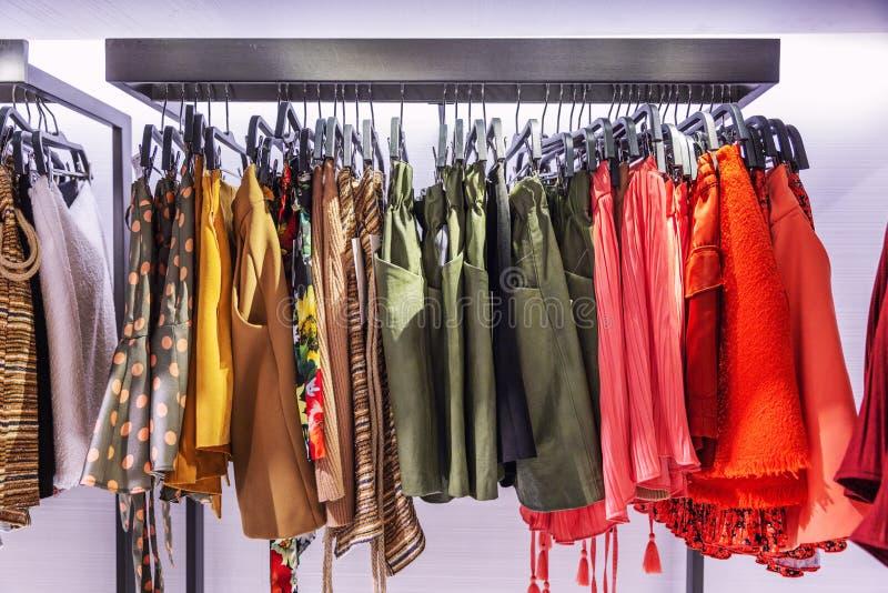 在路轨的妇女的衣物在商店 不同颜色和纹理裙子  r 库存照片