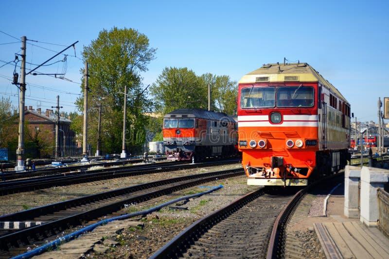在路轨的活动火车 免版税库存图片