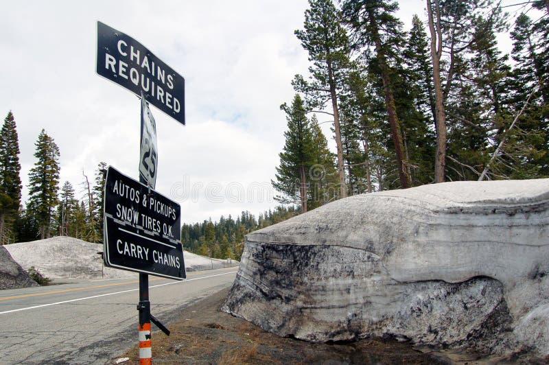 在路边的雪堆与交通标志内华达山moun 库存图片