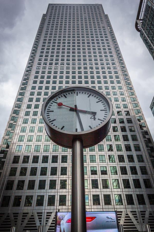 在路透社广场的金丝雀码头时钟 库存图片