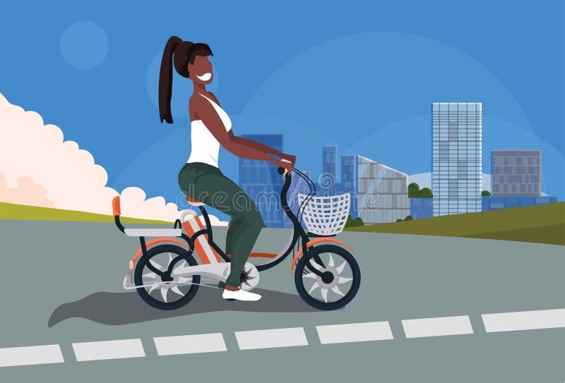 在路都市风景背景水平的舱内甲板的Africn美国妇女循环的自行车女孩骑马葡萄酒样式自行车 皇族释放例证