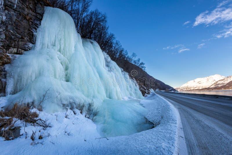 在路附近的冻瀑布 免版税库存照片