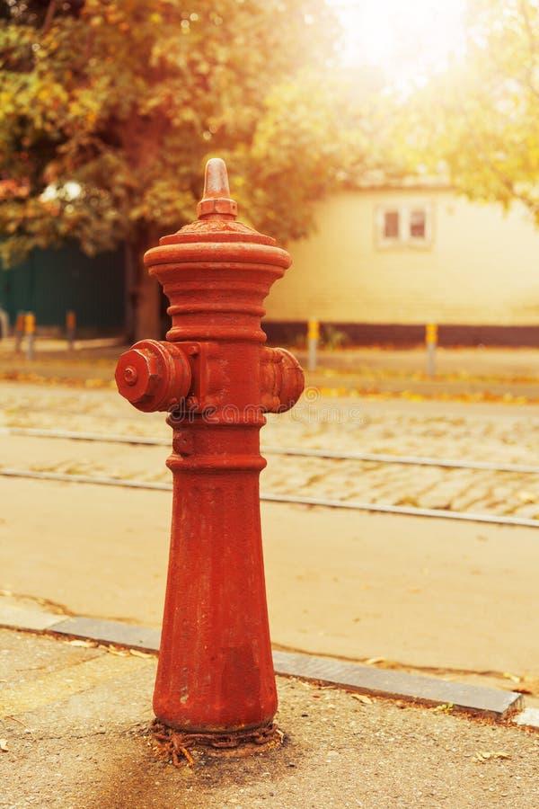 在路附近的老红火消防栓水管 图库摄影