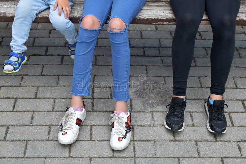 在路面的儿童腿 免版税图库摄影
