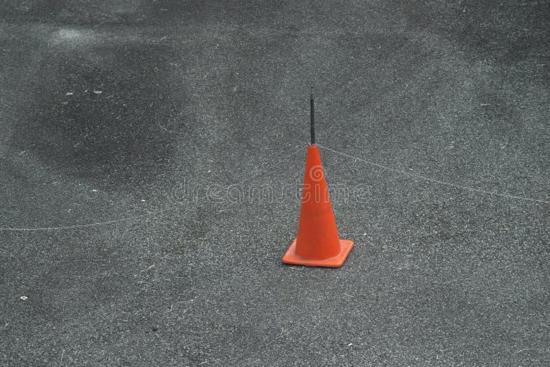 在路面的红色锥体 免版税库存图片