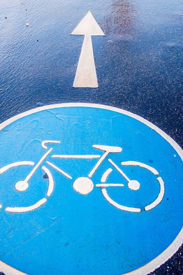 在路面路的自行车标志 免版税库存图片