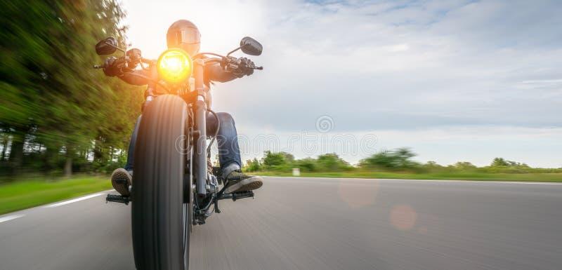 在路骑马的摩托车 获得乘坐空的路的乐趣在摩托车游览/旅途 库存照片